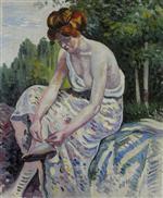 Jeune femme attachant sa sandale